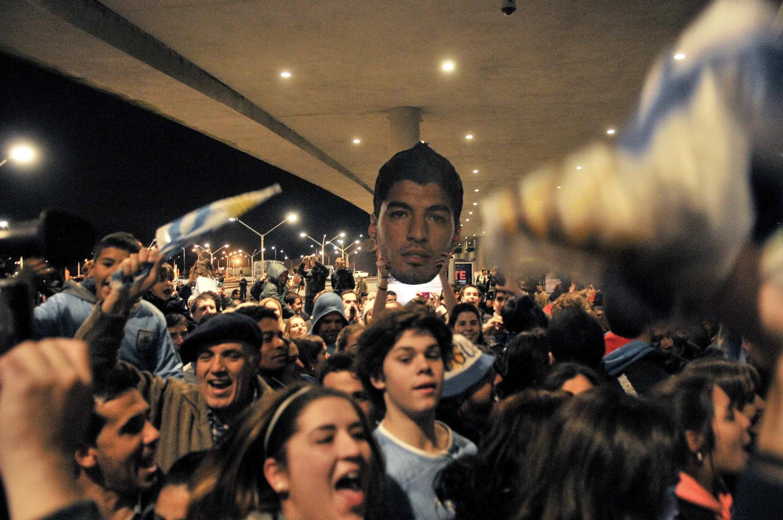 Mashabiki wa Suarez wakimsubiri katika uwanja wa Kimataufa wa  Montevideo