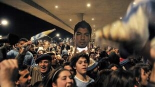 Uruguay's fans waiting for Luis Suarez's arrival outside Montevideo's international airport, 26 June 2014.