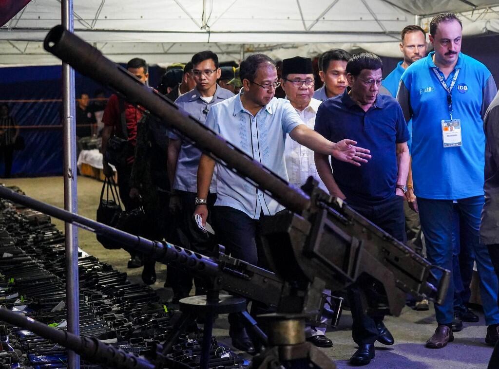 菲律賓總統杜特爾特與摩洛伊斯蘭解放陣線領導人 2019年9月7日 Le président philippin Rodrigo Duterte aux côté du leader du Milf, Murad Ebrahim lors d'une cérémonie permettant aux rebelles de rendre leurs armes le 7 septembre 2019.
