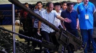 菲律宾总统杜特尔特与摩洛伊斯兰解放阵线领导人 2019年9月7日 Le président philippin Rodrigo Duterte aux côté du leader du Milf, Murad Ebrahim lors d'une cérémonie permettant aux rebelles de rendre leurs armes le 7 septembre 2019.