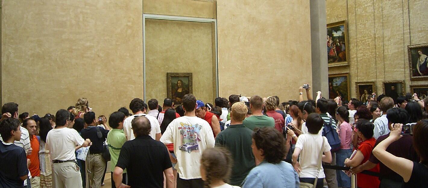卢浮宫里,蒙娜丽萨画像前总有不少来自世界各地观看神秘微笑的游客.