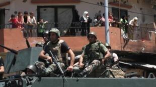 Des soldats libanais patrouillent dans les environs de Tripoli, au nord du Liban, le 7 juin 2013.