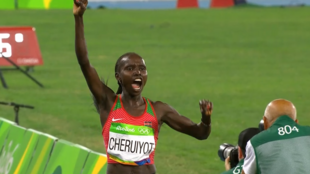 Vivian Cheruiyot akisherehekea baada ya kuishindia Kenya medali ya dhahabu katika mbio za Mita 5000 katika Michezo ya Olimpiki nchini Brazil Agosti 20 2016
