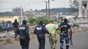 Une arrestation lors d'une manifestation de l'opposition dans les rues de Libreville, au Gabon, le 20 décembre 2014.