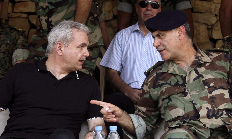 Le ministre de la défense Elias al-Murr (G) discutant avec le commandant Jean Kahwaji (D) durant un exercice militaire à Roumiyeh, Nord de Bayrouth le 14 août 2010