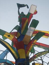 Edwige Aplogan drape Jacob, la statue de la Place de l'Etoile rouge à Cotonou.