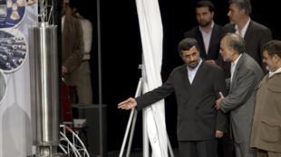 Lors de la cérémonie du IVe anniversaire de la technologie nucléaire en Iran, le 9 avril 2010, le président Ahmadinejad présente la maquette d'une centifugeuse de 3e génération.
