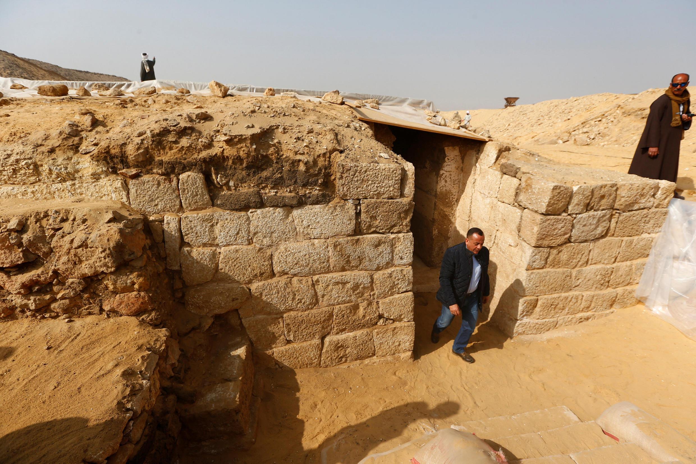 Mostafa Waziri, secretario general del consejo supremo de Antigüedades, saliendo de la tumba de Hetpet.