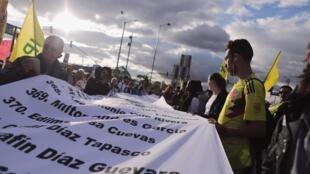 Des manifestants tiennent une longue liste de ceux tués, lors d'une marche à Bogota, le 26 juillet 2019.