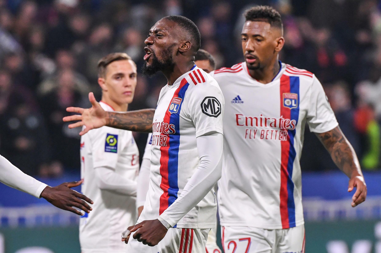 L'attaquant camerounais de Lyon, Karl Toko Ekambi (c.), après avoir marqué un but lors du match de L1 entre l'Olympique Lyonnais et l'AS Monaco, à Décines-Charpieu près de Lyon, le 16 octobre 2021.