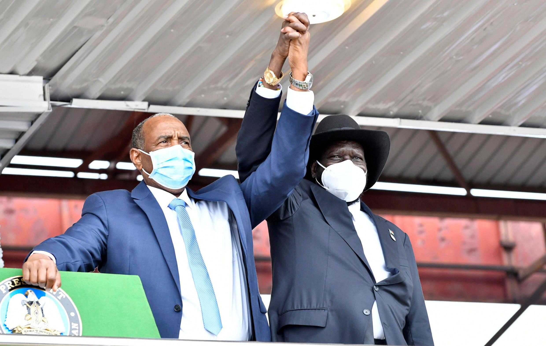 Mkuu wa Baraza Kuu la Sudan Abdel Fattah al-Burhan na Rais wa Sudan Kusini Salva Kiir wakishikana mikono wakati wa kutiwa saini kwa mkataba wa amani huko Juba tarehe 3 Oktoba 2020.