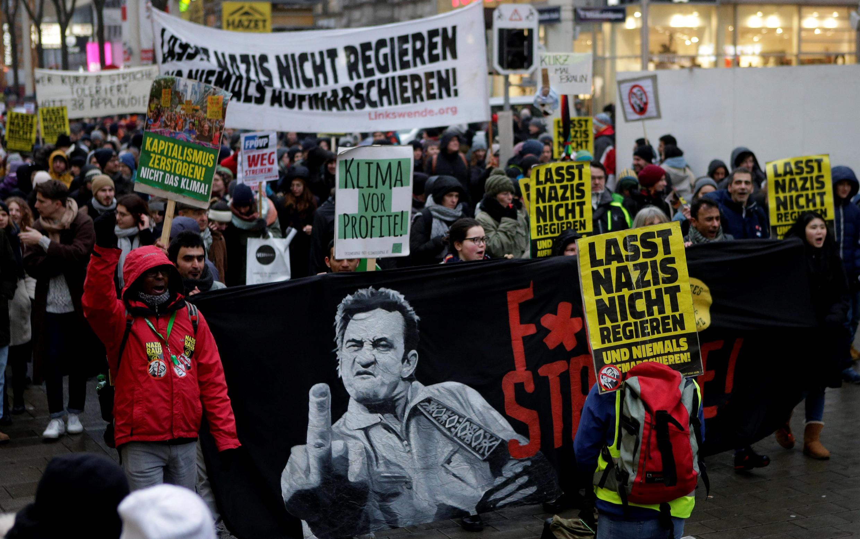 Sur les pancartes, on pouvait notamment lire «Détruisons le capitalisme, pas le climat», «Le climat avant le profit» ou encore «Ne laissons pas les nazis gouverner».