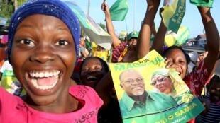 Des supporters de John Magufuli, fous de joie, le 29 octobre 2015, à Dar es Salaam, à l'annonce de sa victoire.