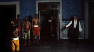 Le tableau photographique « 5 février » de João Ricardo, issu de sa série « Revelar »,  puise dans l'imaginaire de l'esclavage pour évoquer les discriminations et l'invisibilité de la communauté noire africaine à Lisbonne.