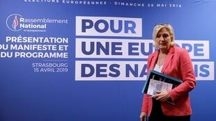 Marine Le Pen e seu partido de extrema direita Reunião Nacional ganharam o apoio de um deputado da França Insubmissa, de extrema esquerda.