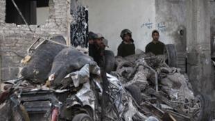 Escombros da violenta explosão de um carro-bomba no complexo policial na cidade de Mansoura, no norte do Egito.