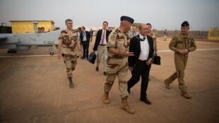 Le ministre de la Défense, Jean-Yves Le Drian, sur la base française de Niamey en  avril 2013.