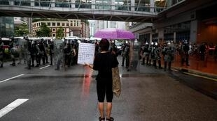 Một người biểu tình đối mặt với cảnh sát chống bạo động tại Hồng Kông ngày 25/08/2019.