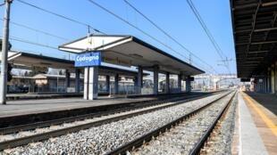 Le nord de l'Italie, où plusieurs cas de coronavirus ont été signalés et où deux personnes sont décédées, est touché par mesures de prophylaxie pour protéger les habitants. Gare de Codogno, province de Lodi, Lombardie, le 22 février 2020.