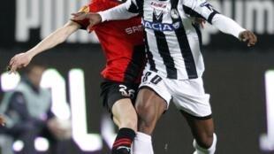 Le Rennais Vincent Pajot barré par le joueur d'Udinese, Mousse Thierry Doubai.