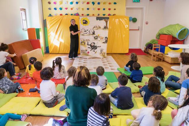 A l'école «La tortue qui court», les enfants sont libres d'écouter ou de jouer.