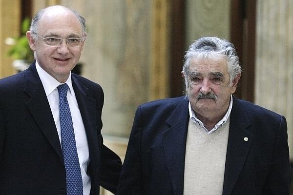 Archivo: El presidente uruguayo José Mujica (derecha) junto al canciller argentino Héctor Timerman, el 29 de junio en Montevideo.