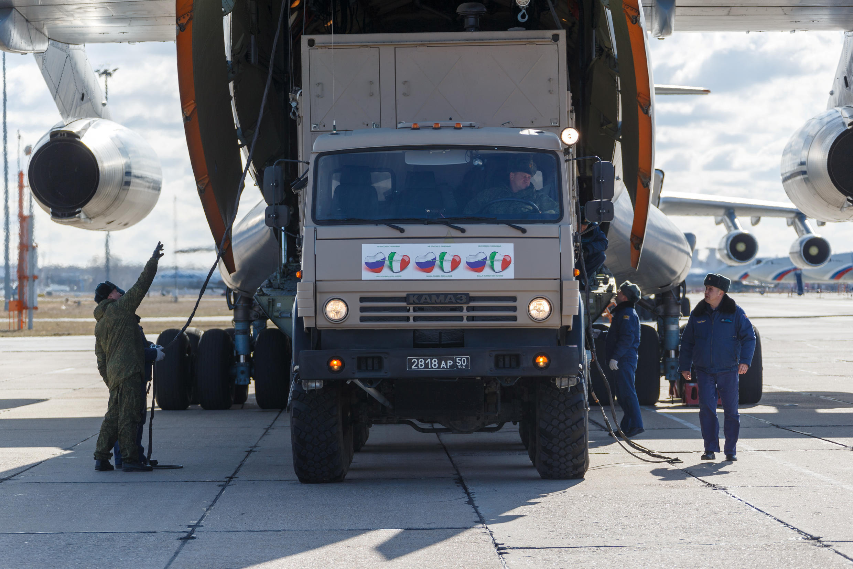 Quân nhân Nga chuyển thiết bị y tế lên máy bay để chở viện trợ đến Ý, giúp chóng dịch Covid-19. Ảnh chụp tại một phi trường quân sự vùng Matxcơva (Nga) ngày 22/03/2020.