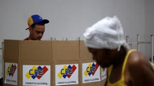 Un hombre vota en un centro electoral por los comicios de la Asamblea Constituyente en Caracas, Venezuela, el 30 de julio de 2017.