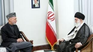 O guia supremo iraniano, o aiatolá Ali Khamenei, conversa com o presidente afegão, Hamid Karzai, neste sábado em Teerã