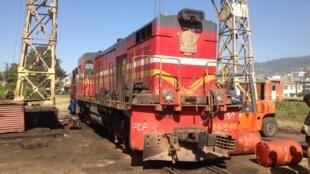 La «246», dernière locomotive de la ligne Fianarantsoa-Côte-Est, permet d'assurer tous les trains de passagers et de marchandises.