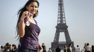 Cristina Dimitru, 18 ans et en situation illégale sur le territoire français, a obtenu la médaille d'or de la meilleure apprentie dans sa catégorie professionnelle, de quoi redonner de l'espoir aux jeunes Roms. Le  29 mars 2012.