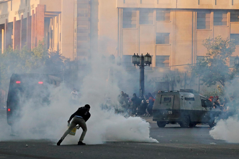 Người bieruu tình đương đầu với cảnh sát Chil ê tại trung tâm thủ đô Santiago. Ảnh ngày 26/10/2019.