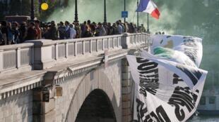 Les ponts de Paris ont été aussi investis par les nombreux manifestants. Le 21 septembre 2019.