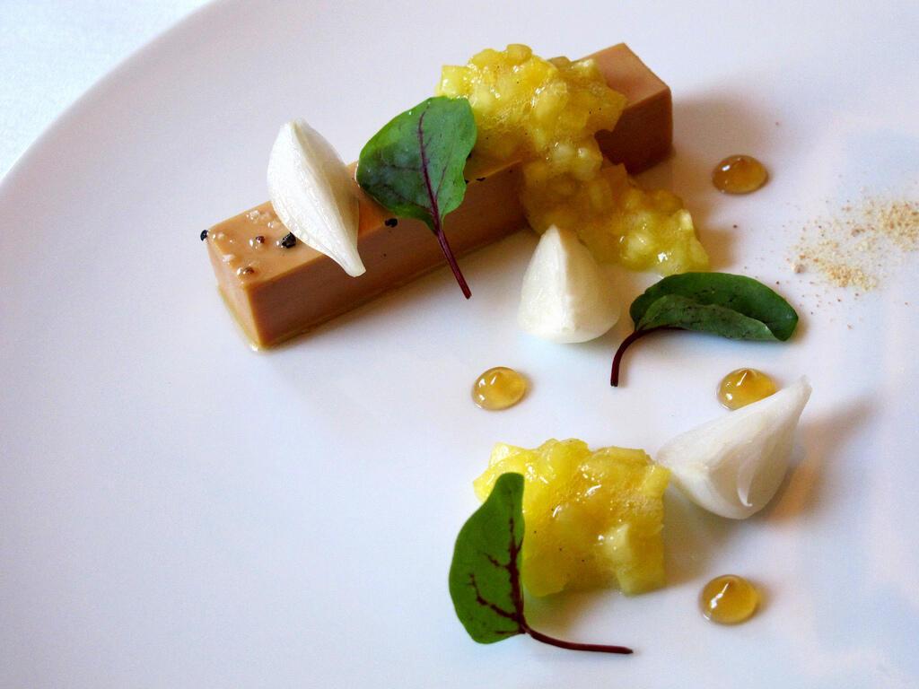 O foie gras é uma especiaria tradicional da culinária francesa. Bloco de foie gras com chutneys e geleias de cebola.