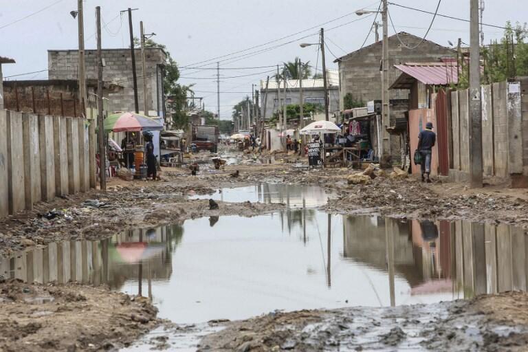 As águas estagnantes nos subúrbios de Luanda.