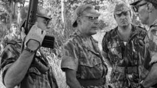 O general António Spínola (Centro) com soldados no mato na Guiné-Bissau em torno de 1970.