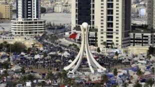 Les manifestants de la place de la Perle à Manama se font déloger par les forces de l'ordre, le 16 mars 2011.