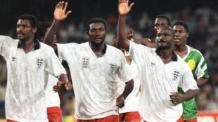 Stephen Tataw, au centre entre François Omam Biyick et Roger Milla, le 1er juillet 1990 après l'élimination du Cameroun face à l'Angleterre en quarts de finale de la Coupe du monde en Italie.