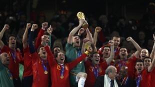 A Espanha levanta a taça e comemora a primeira Copa do Mundo