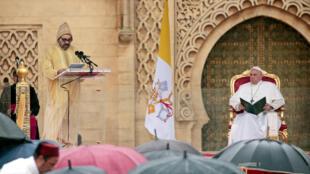 El rey Mohammed VI de Marruecos pronuncia un discurso durante la visita del papa Francisco a la Torre Hassan. Rabat, Marruecos, 30 de marzo de 2019.