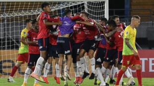 Jugadores del Jorge Wilstermann celebran en el duelo ante Palmaflor también de Bolvia disputado por Copa Sudamericana  en el estadio Felix Capriles de Cochabamba, el 7 de abril de 2021.