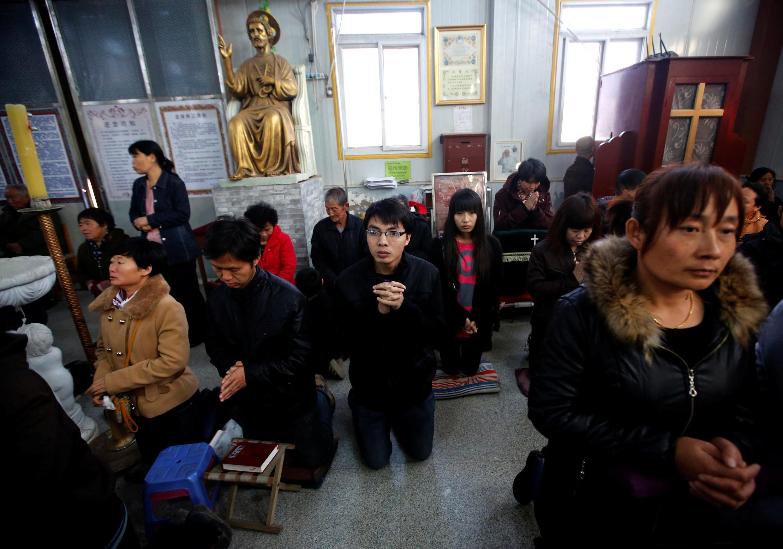 中國地下天主教會的信徒做周末彌撒2013年11月10日天津