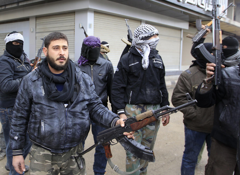 Сирийские солдаты-дезертиры, присоединившиеся к так называемой Свободной сирийской армии на улице Сакбы, пригорода Дамаска 27 января 2012 г.