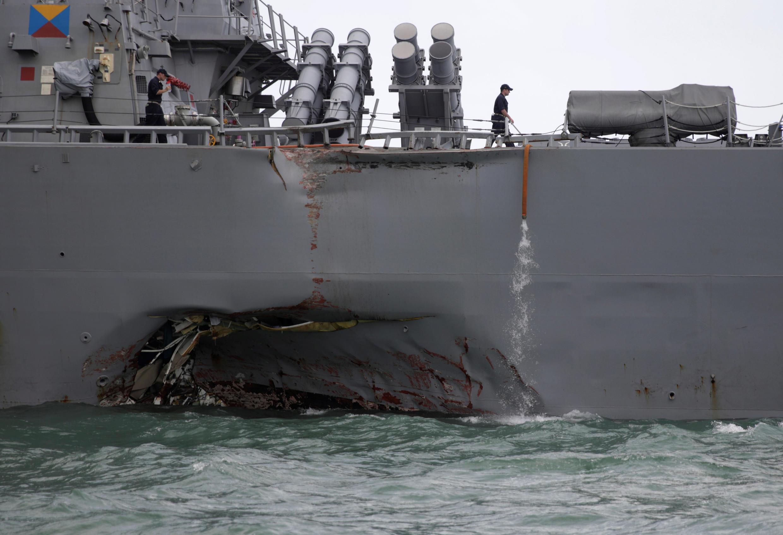 Chiến hạm Mỹ USS John S. McCain sau khi va chạm với một tàu chở dầu ngoài khơi Singapore, ngày 21/08/2017.