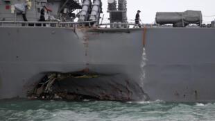 Le destroyer américain USS John S. McCain après sa collision avec un pétrolier, le 21 août 2017, au large de Singapour.