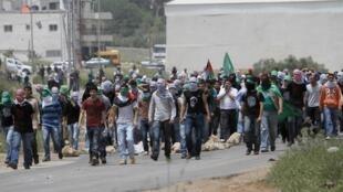 A situação continua tensa na Faixa de Gaza, onde manifestantes palestinos protestam em solidariedade à greve de fome de seus compatriotas, encarcerados em prisões israelenses.