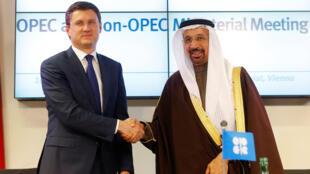 Le ministre russe de l'Energie Alexander Novak et son homologue saoudien Khalid al-Falih, le 10 décembre 2016 à Vienne, au siège de l'Opep, s'entendent pour diminuer leur production.
