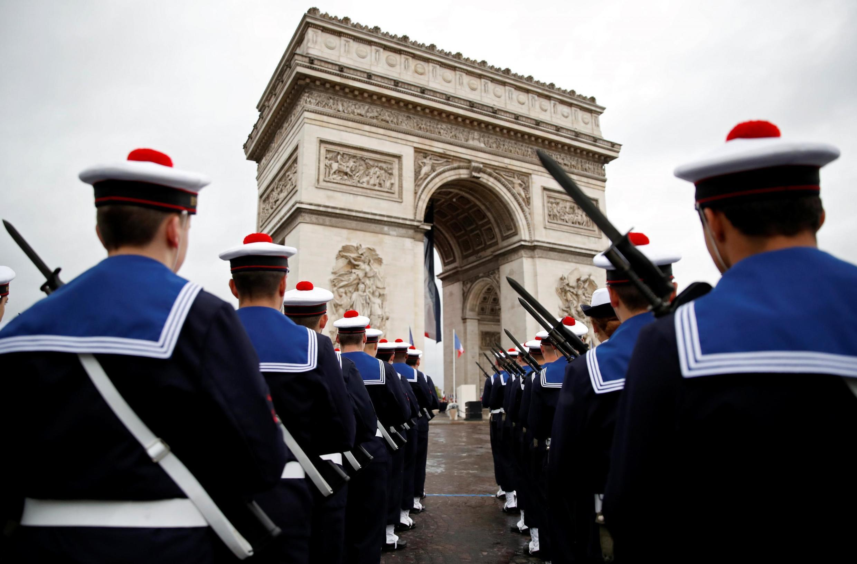 Перед началом церемонии Эмманюэль Макрон провел смотр войск