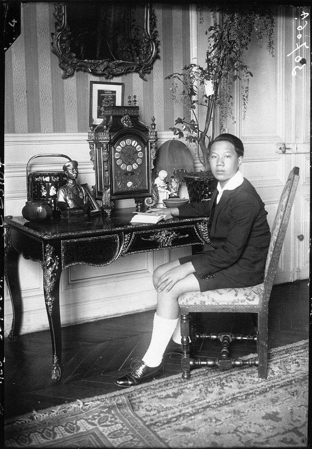 Hoàng đế trẻ Bảo Đại tại nhà của cựu Thống Sứ Trung Kỳ Charles ở Pyrénées, năm 1926.