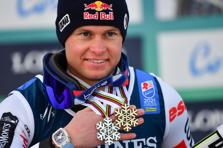Alexis Pinturault pose avec ses deux médailles (argent au combiné et bronze au Super-G) lors des Championnats du monde de ski alpin, à Cortina d'Ampezzo en Italie, le 15 février 2021